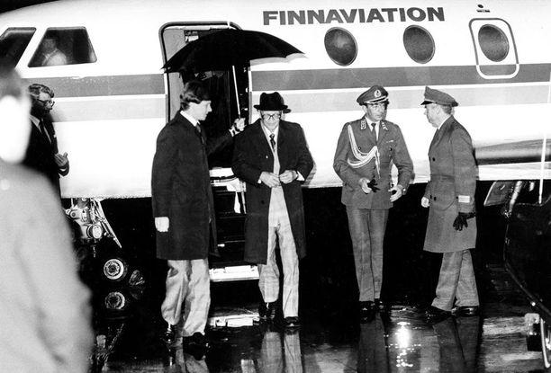 Islannin-matka 1981 oli viimeinen niitti Kekkosen terveydelle. Sen jälkeen hän ei enää palannut ennalleen. Kuvassa presidentti on palaamassa Islannista.