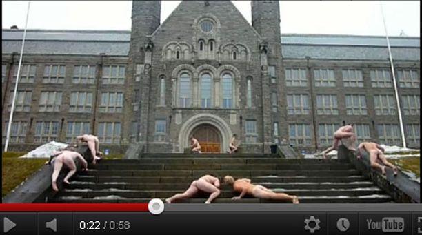 Yliopisto ei pitänyt siitä, että sen portaat joutuivat tällaisen käsittelyn kohteeksi.