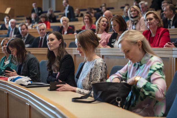 Sisäministeri Maria Ohisalo (oikealla) ja pääministeri Sanna Marin (keskellä) ovat pyrkineet selventämään Suomen kantaa Kreikan pakolaiskriisiin.