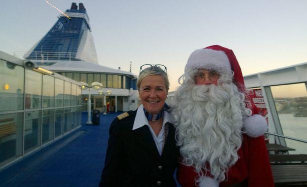 Silja Syphonyn intendentti Maria Jusélius ja joululaivan suurin tähti, joulupukki!