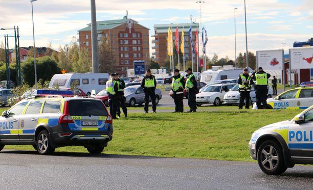 Lapin poliisi ei vielä tiistaina osannut sanoa, onko Ruotsin tiukempi valvonta vaikuttanut Suomeen tulijoihin. Kuva Haaparannan ja Tornion rajalta.