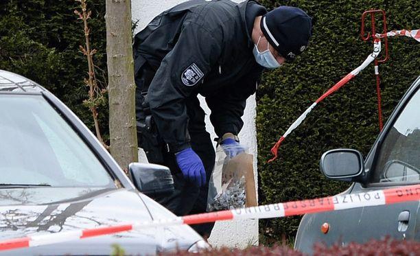 Poliisi tutkimassa pommi-iskun tapahtumapaikkaa tiistai-iltana.