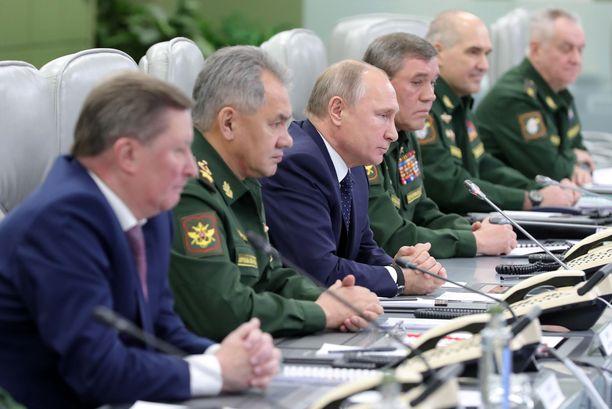 Presidentti Putin katsoo kuvaruudulta sotilashenkilöstönsä kanssa ohjusten laukaisua joulukuussa 2018.