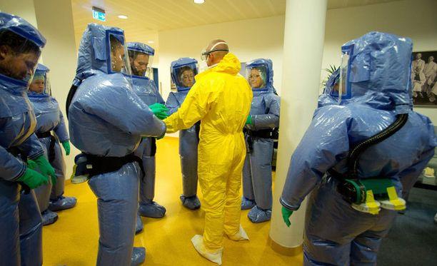 Länsi-Afrikkaan vapaaehtoisiksi ilmoittautuneet Saksan armeijan lääkintäjoukot harjoittelivat vaarallisen tartunnan saaneiden potilaiden käsittelyä Hampurissa.