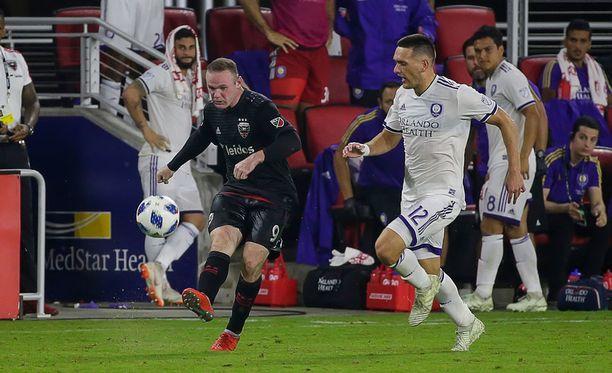 Siitä lähtee! Luciano Acosta puski hattutempun Wayne Rooneyn uskomattoman komean suorituksen päätteeksi.