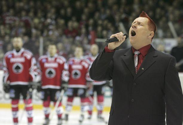 Irokeesipäinen Olli Lindholm lauloi Isomäen hallissa Maamme-laulun suurella tunteella.