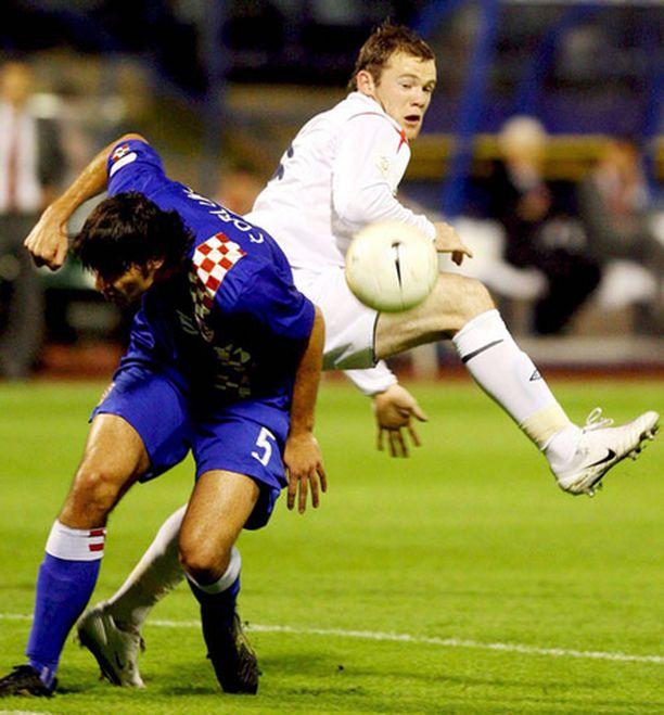 Waynen Rooney ja muut Englannin pelaajat tekivät parhaansa, mutta uusi taktiikka ei istunut joukkueelle. Rooneyn tanssiparina Kroatian Vedran Corluka.