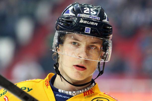 Antti Saarela laukoi Liiga-uransa avausmaalin HPK:ta vastaan.