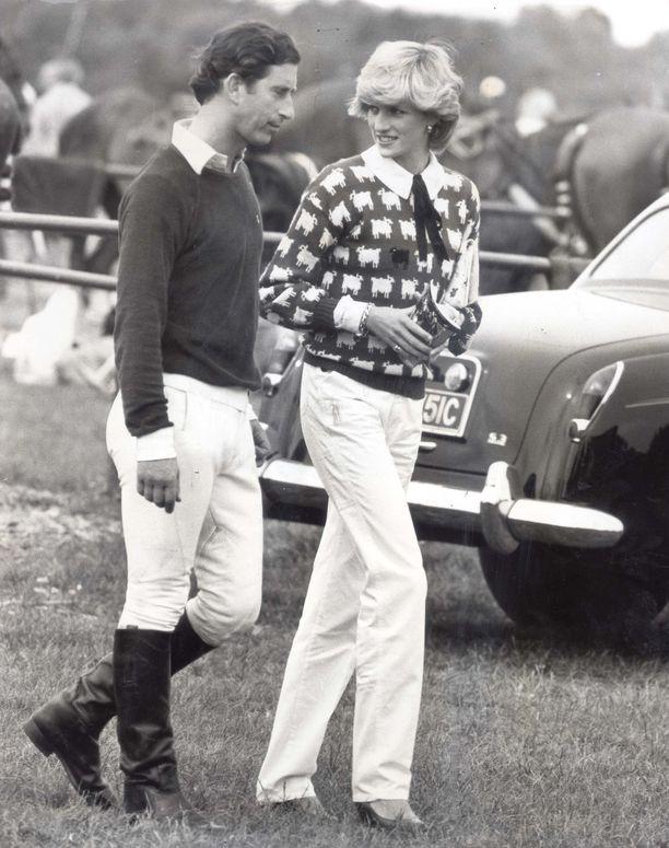 Diana esiintyi villaneuleessa kannustaessaan prinssi Charlesia poolokisoissa vuonna 1980. Pariskunnan kihlaus julkistettiin helmikuussa 1981.