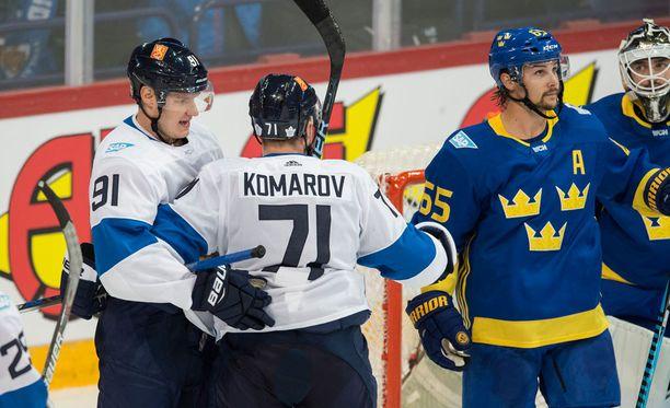 Leo Komarov kuiskutteli juttuja Erik Karlssonille (oik.).