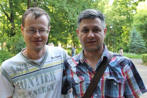 Sergei (vasemmalla) ja hänen ystävänsä Albert ovat molemmat joutuneet jättämään kotinsa Itä-Ukrainassa. Kuva on otettu Ivano-Frankivskissa kesällä 2014.
