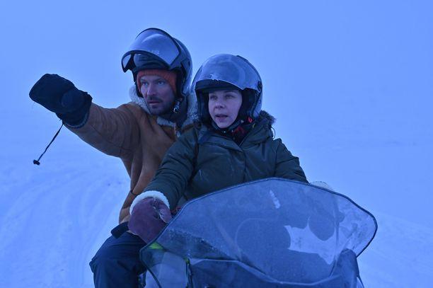 Sarjassa näytelleet Kai Vaine ja Armi Toivanen matkustivat kuvauksiin Lapin ääriolosuhteisiin.