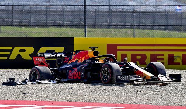 Jumissa. Max Verstappenin Red Bullin takarenkaat kaapivat tyhjää hiekalla.