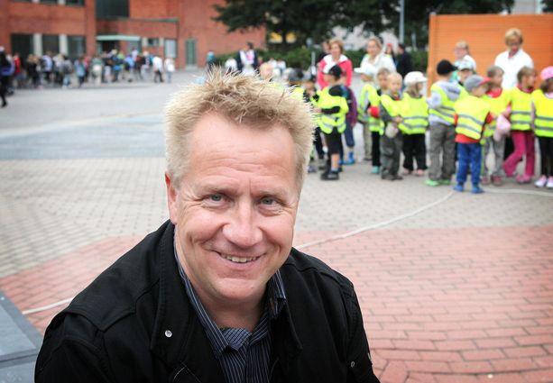 Pori oli Olli Lindholmille tärkeä. Kuva vuodelta 2011, jolloin Lindholm osallistui Itä-Porin yhtenäiskoululla koulurauhan julistukseen.