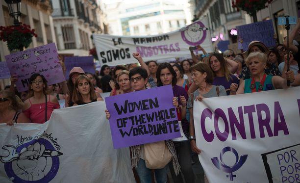 Naisten oikeuksia puolustavat protestit ovat keränneet kymmeniä tuhansia ihmisiä kaduille ympäri Espanjaa. Kuva Malagan mielenosoituksesta kesäkuulta.