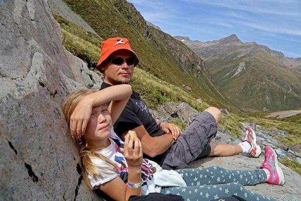 Uuden-Seelannin kauniissa maisemissa voi retkillä luontevasti leikkiä hobittia. Isä ja tytär evästauolla Arthur's Passin rauhassa.