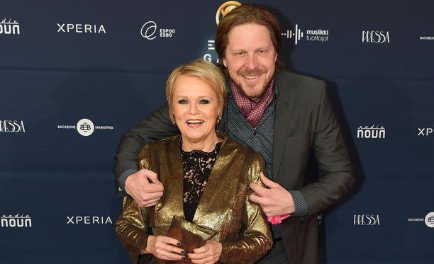 Katri Helenalla ja Tommi Liimataisella on ikäeroa 32 vuotta.