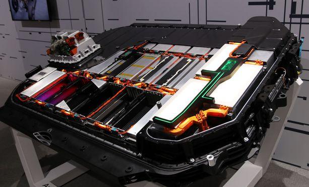 Lattian alle sijoitettu akkupatteristo muodostuu 36 erillisestä moduulista, joita voi vaihtaa yksitellen.