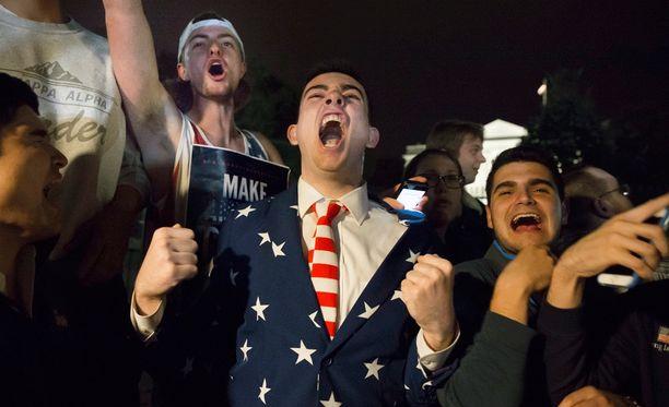 Trumpin tukijat juhlivat Valkoisen talon edessä.