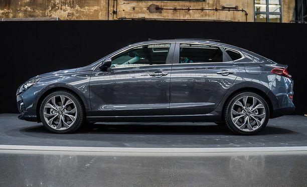 Hyundai i30 Fastback kylkilinja tuo perän osalta mieleen Porsche Panameran muotoja.