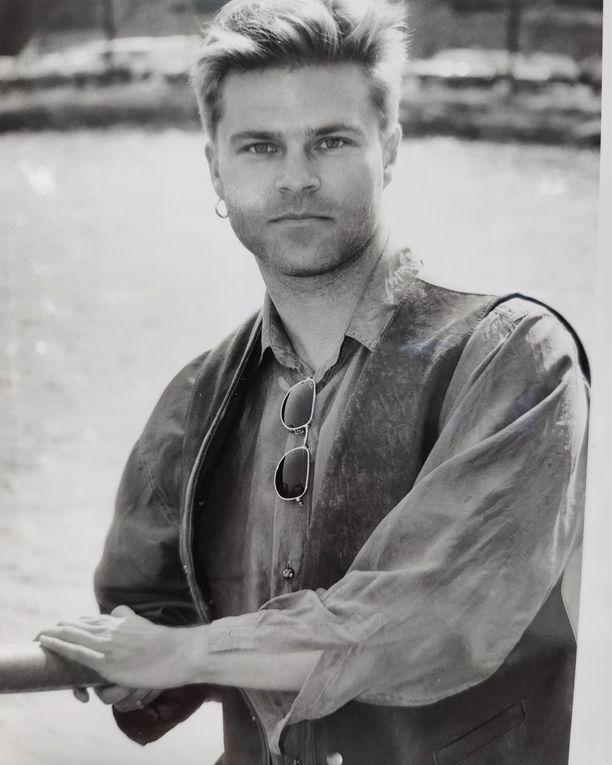 Ressu Redford hurmasi suomalaiset äänellään 80-luvulla. Jo sitä ennen nuori mies oli kiinnostunut lapsuudessaan soittamisesta.