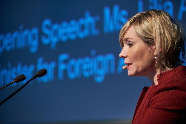 Islannin ulkoministeri Lilja Alfredsdottir on allekirjoittanut Yhdysvaltojen kanssa sopimuksen, jonka mukaan Yhdysvallat tuo sotilaitaan Islantiin.