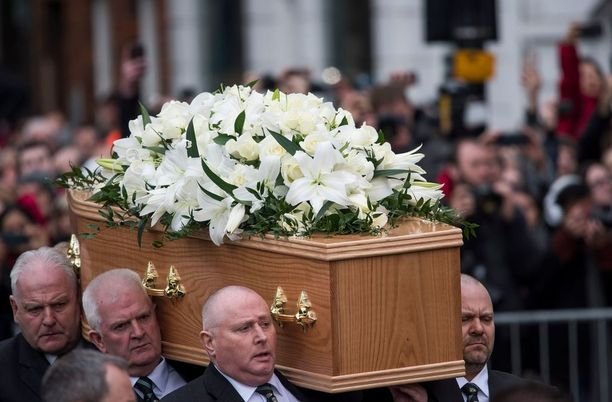 Miehen arkku tuotiin paikalle kukin koristeltuna.