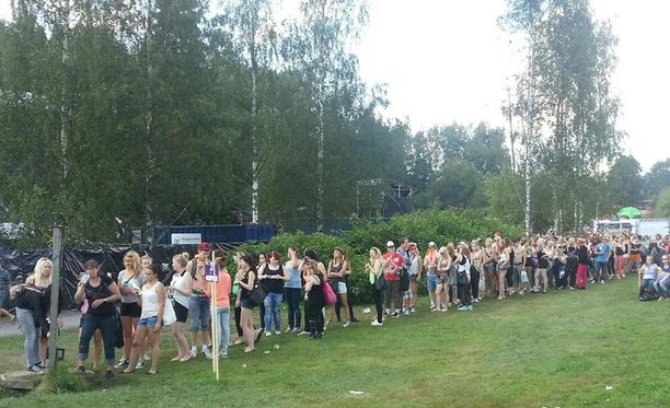 Festarivieraat jonottivat vesipisteelle viime kesänä.
