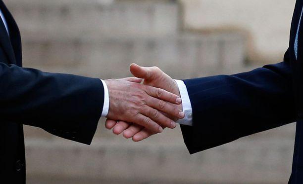 Ranskan presidentti Francois Hollande ja Yhdysvaltojen ulkoministeri John Kerry kättelivät tiistaina Pariisissa.