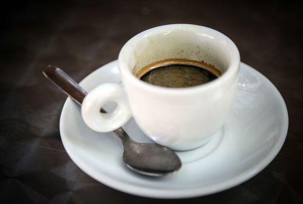Kahvia ei kannata kitata enempää kuin kotonakaan. Myös siitä vieroittautuminen on syytä hoitaa muulloin kuin lomalla.