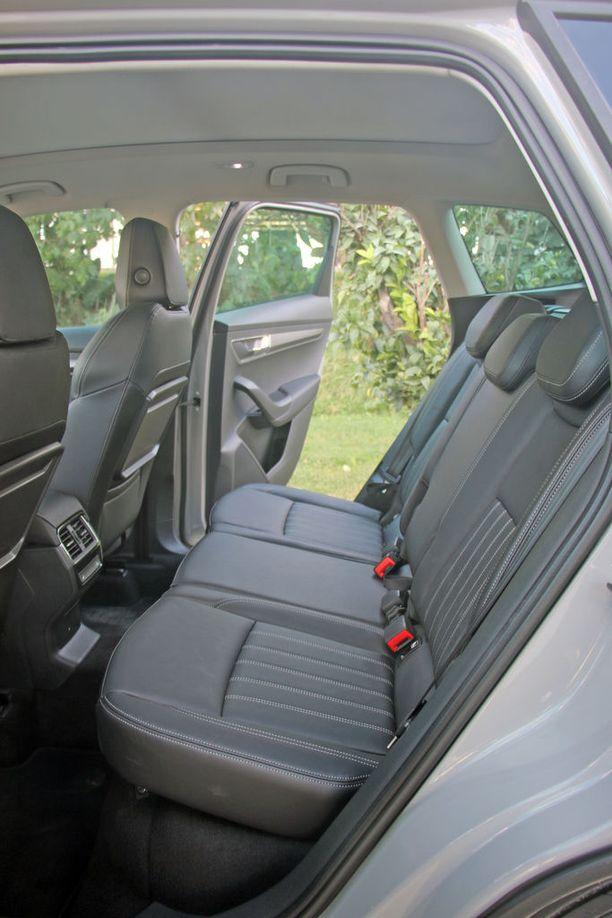 Takapenkillä on hyvin tilaa ja takapenkin selkänojien kulmaa voi säädellä.