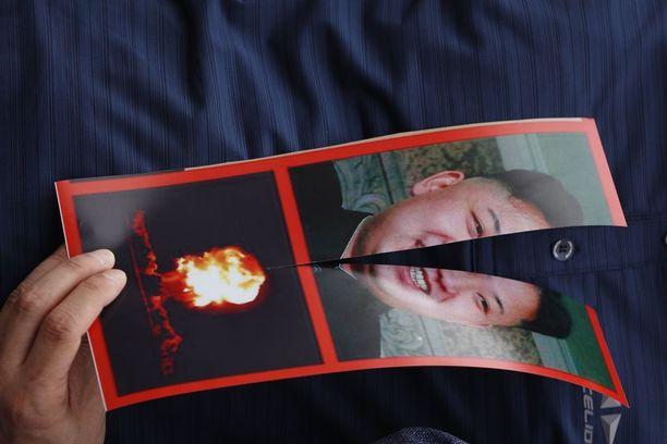 Pohjoiskorealainen loikkari Park Sang-Hak piteli kahtia leikattua kuvaa Kim Jong-unista mielenosoituksessa Soulssa syyskuussa.