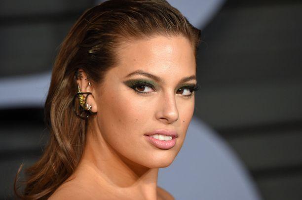 Ashley Grahamin kissamainen smoky eye -meikki onkin vihreä! Pariksi sopivat vaaleanpunaiset huulet.