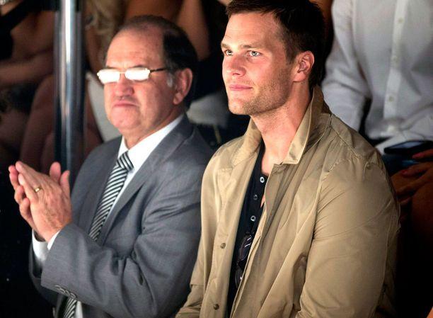Aviomies Tom Brady istui liikuttuneena yleisössä.