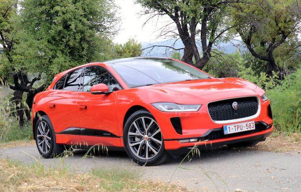 Jaguarin linjakas olemus tuo mieleen coupen pikemminkin kuin katumaasturin.