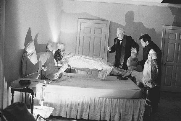 Tunnetuin kuvaus eksorkistin työstä on kauhuelokuva Manaaja vuodelta 1973.