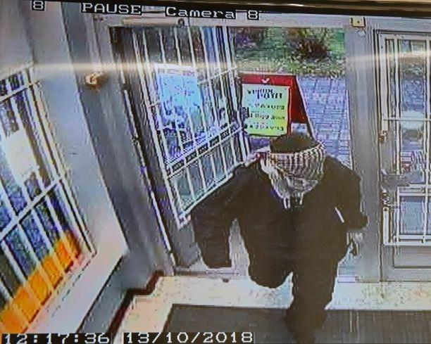 Knuutilan kaupunginosassa osoitteessa Maasälväntie 2 sijatiseva kauppaliike ryöstettiin teräaseella uhaten 13.10. kello 12:15.
