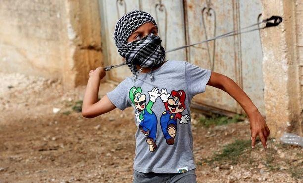 Pikkupoika heitteli kiviä Israelin uudisasukkaita vastaan lähellä Nablusin kaupunkia Länsirannalla.