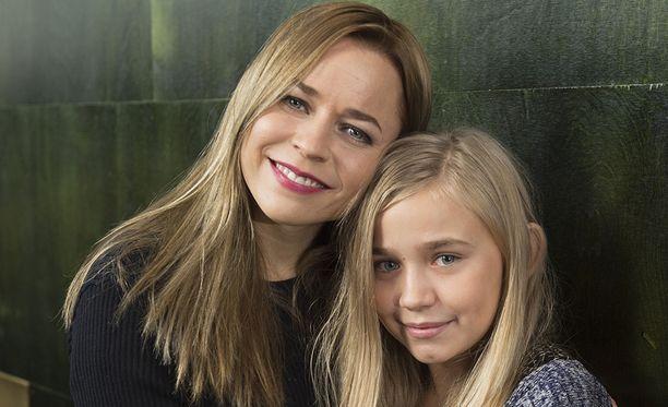 Elokuvan pääosissa ovat Paula Vesala ja Linnea Skog.