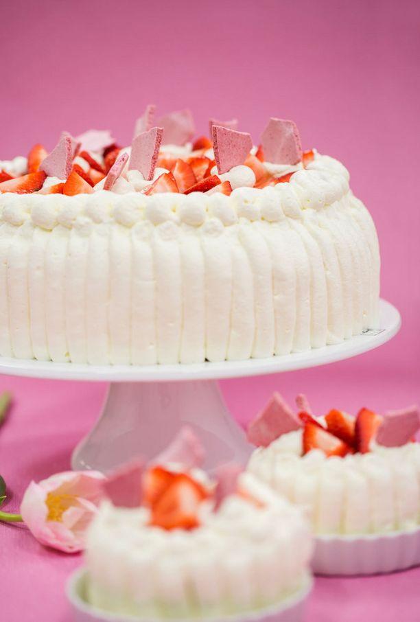 Koristele kakku kermalla ja mansikoilla.