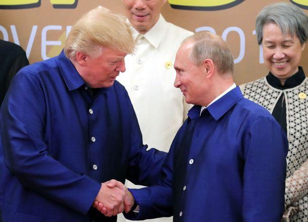 Väitetyt ystävykset Trump ja Putin yhteiskuvassa Vietnamissa marraskuussa 2017.