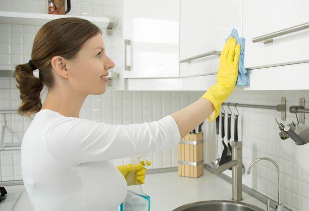Puhdista keittiön kaappien sisustat ja karsi vanhentuneet kuivaruuat kerran vuodessa.