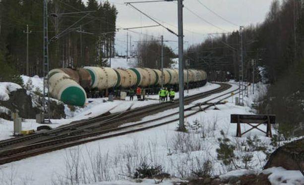 Onnettomuus tapahtui lauantaina 7.4. kun Mäntyharjun Kinnin seisakkeella tilapäisessä säilytyksessä ollut 50 junavaunun letka lähti tuntemattomasta syystä liikkeelle, ja yksi säiliövaunu törmäsi päätepuskimeen.