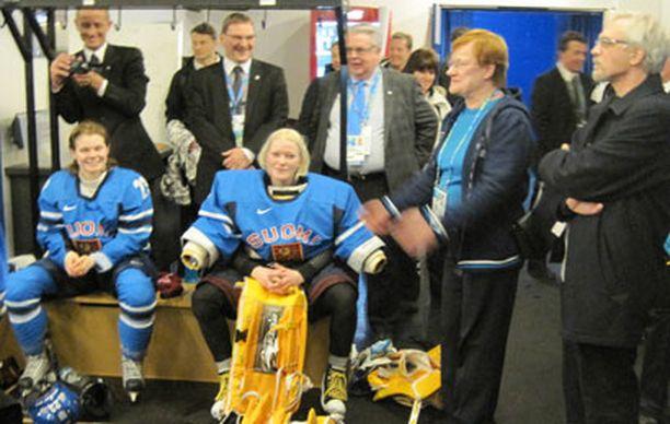 Presidentti Tarja Halonen kannusti naisleijonia.