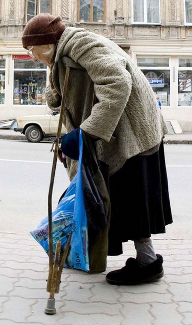 Naisten miehiä lyhyempi työura, osa-aikatyöt ja miehiä huonommat tulot selittävät ikääntyneiden naisten köyhyyttä monissa Euroopan maissa.