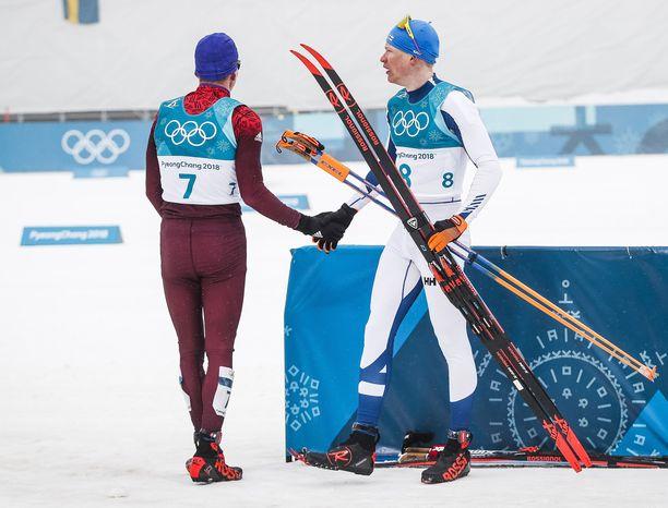 Aleksander Bolshunovin (vas.) ja Iivo Niskasen kohtaaminen Korean olympiakisojen viidenkympin kisan jälkeen ei ollut erityisen lämmin.