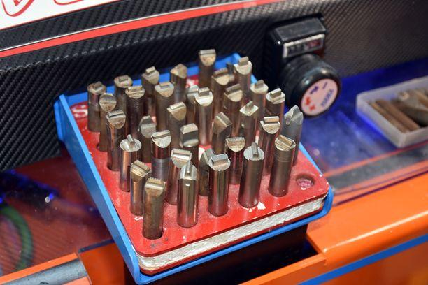 Hiomakoneeseen laitettavat terät, joita ammattireiskat kutsuvat timanteiksi, tekevät suksen pohjaan kuvioinnin.