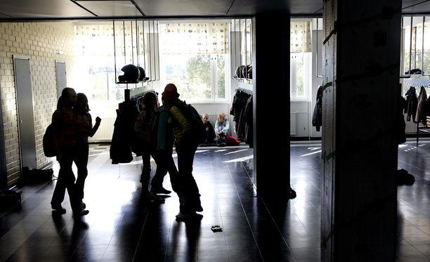 Todistajan mukaan koulussa on esiintynyt kiusaamista ja lievää väkivaltaa. Kuvan henkilöt tai koulu eivät liity rikoksiin.