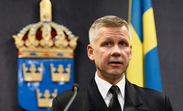 Puolustusvoimien operaatiojohtaja Jonas Wikström piti Tukholmassa muutaman minuutin mittaisen tiedotustilaisuuden.