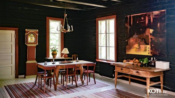 Kartanossa on säilytetty paljon alkuperäisiä elementtejä. Mustat seinät ovat rohkea, mutta tässä tapauksessa täydellinen valinta ruokailuhuoneeseen.
